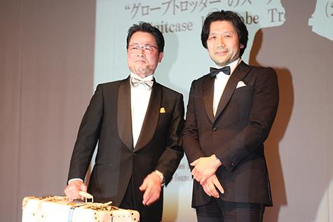 GLOBE-TROTTER ASIA PACIFIC  LTD.代表取締役CEO田窪様(右)よりご協賛のスーツケース。左は落札されたゲスト