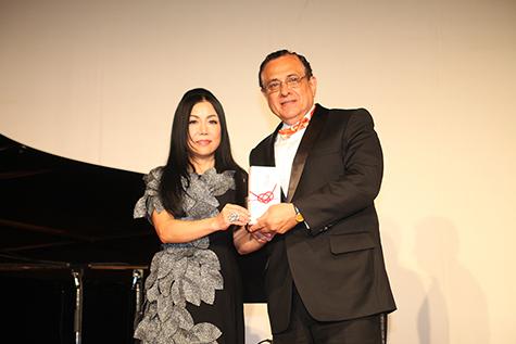 理事長 鈴木裕子よりペルー共和国大使閣下へ奨学金目録授与