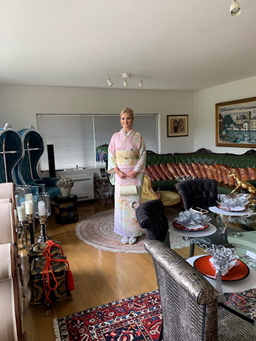Wife of the Prime Minister of the Czech Republic wears kimono at the residence of President Suzuki.